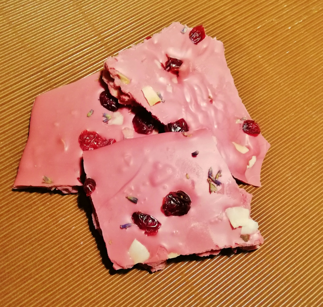 Rubyschokolade mit Cranberries, Kokoschips und Lavendel